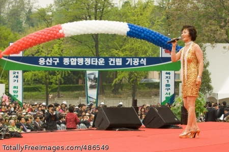 Yongsan celebrates A Korean singer entertains the 5,000-plus crowd April 25 at the Yongsan Ward Adminstrative Complex ground-breaking ceremony. Yongsan Garrison is visible across the road from the construction site. Photo Credit: Apr 27, 2008